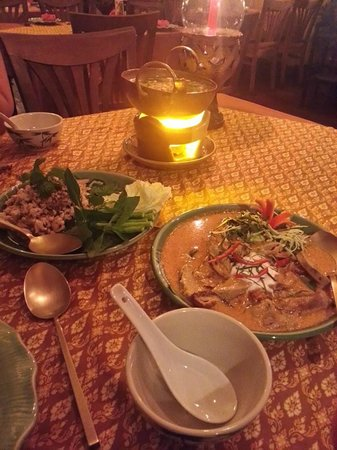 Once Upon a Time at Ruen Jao Khun Ou: panang curry rouge canard, laab poulet, soupe vermicelles
