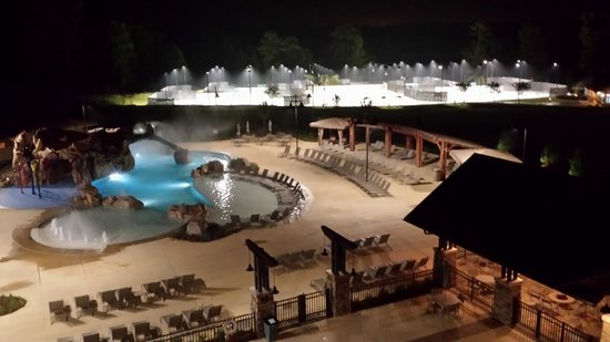 Auburn Marriott Opelika Hotel & Conference Center at Grand National: Pool and tennis courts at night