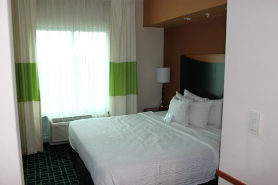 Fairfield Inn & Suites Fort Lauderdale Airport & Cruise Port: Sleeping area/bed.
