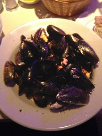 Vlora : Mussels in white wine and garlic sauce.