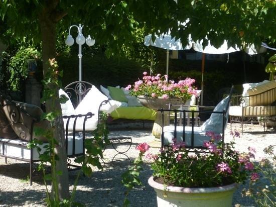 Hostellerie Saint-Jacques : A corner of the garden.