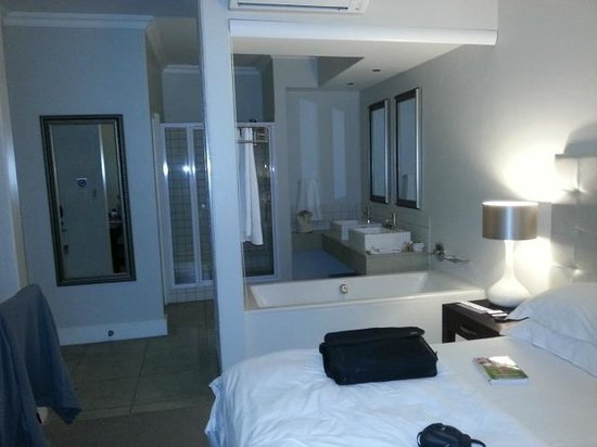 Quarters Hermanus: Bathroom - the bath can be hidden with a roll-down blind if you want that