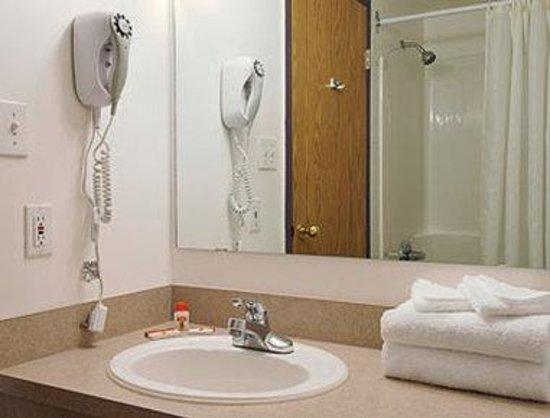 Super 8 Hinton: Bathroom