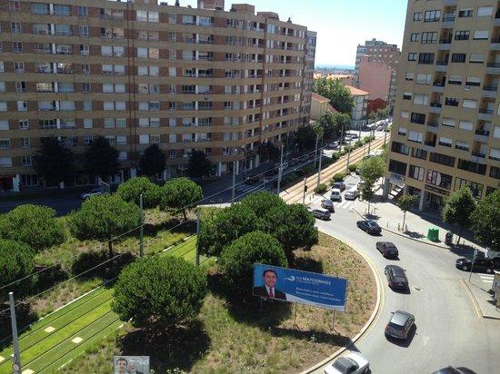 Urban Hotel Amadeos: Vista sulla piazza (sulla sinistra c'è la fermata metro)