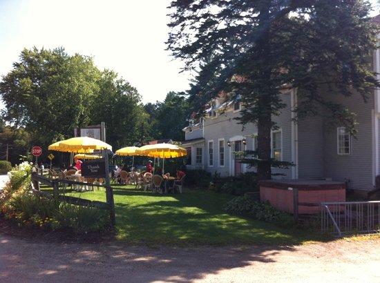 The Gables Inn: Vue du stationnement