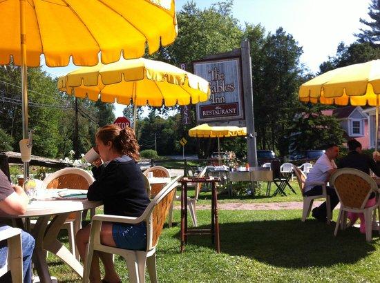 The Gables Inn: Dans la cour avant, sur le gazon