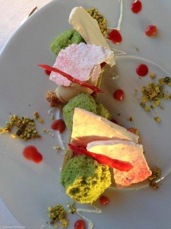 Le Chateau d'Audrieu : Dessert rhubarbe et fraise