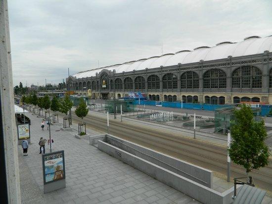 IntercityHotel Dresden: Blick auf den Hauptbahnhof und die Straßenbahn