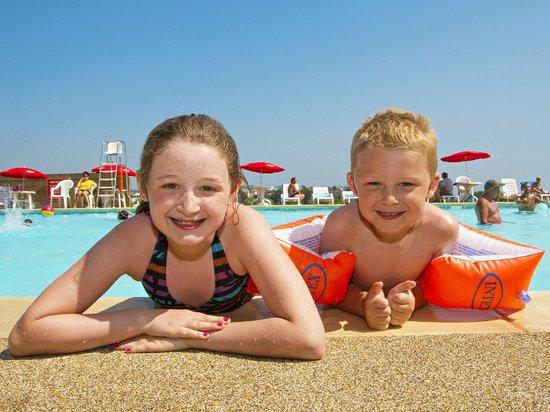 Hoburne Devon Bay: Having fun in the outdoor pool