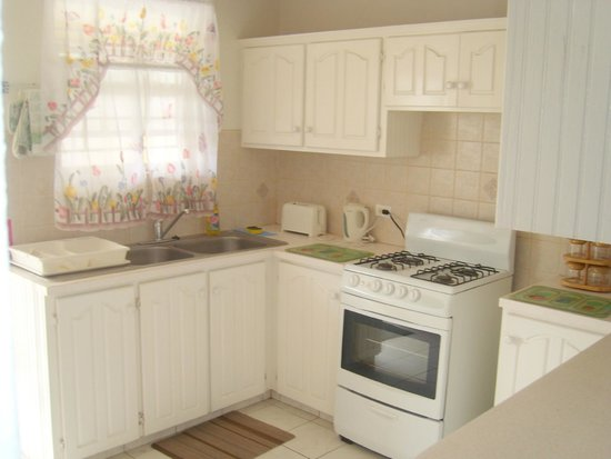 Cumber's Tropical Apartments: Standard 2 bedroom kitchen area