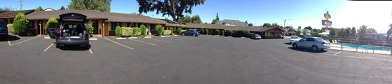 Melody Ranch Motel : panoramic view of the parking area