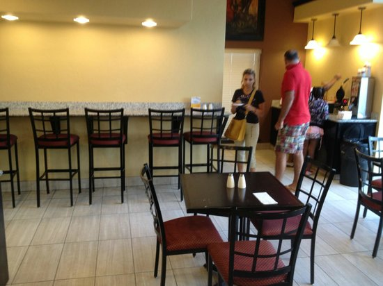 Quality Inn & Suites Airport: Breakfast room
