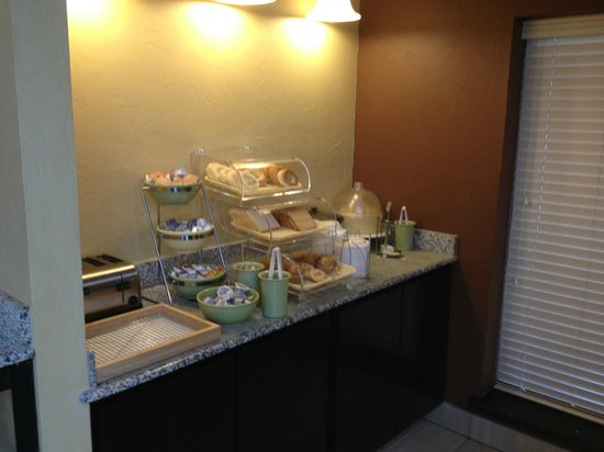 Quality Inn & Suites Airport: Part of the continental breakfast