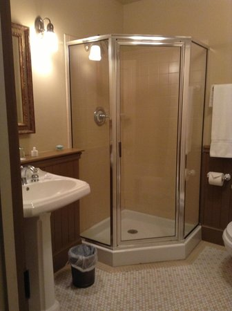 Grand Union Hotel: Corner shower and tub in bathrooms