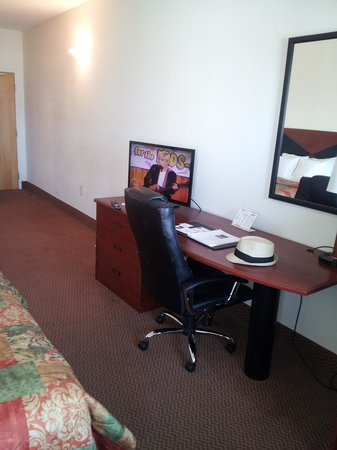 Sleep Inn & Suites: Desk & TV