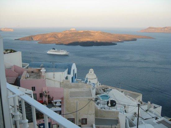 Atlantis Hotel: Cruise ship in the morning