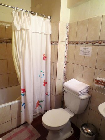 Hostal Elim: Bathroom
