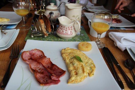 """Hamlet House Bed and Breakfast: Petit déjeuner à la carte avec un """"smiley face"""" qui a intrigué nos filles"""