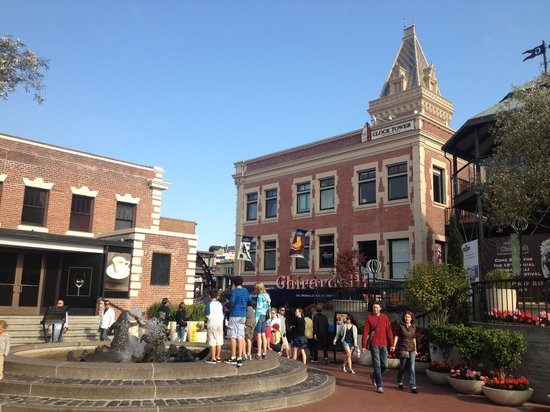 View of the Ghiradelli Plaza in front of Kara's Cupcakes