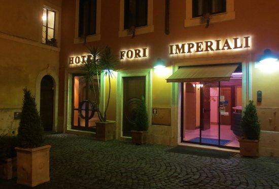 Hotel Fori Imperiali Cavalieri: The Hotel Fori at night