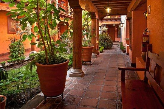 Hotel Pueblo Magico: CORREDORES
