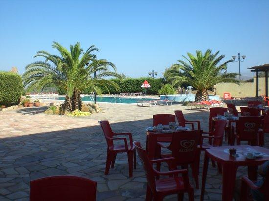 Hotel Punta Giara: tavoli della colazione e piscina