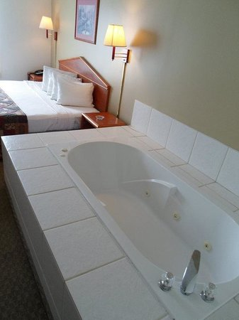 Magnuson Hotel Countryside : Jacuzzi Suite