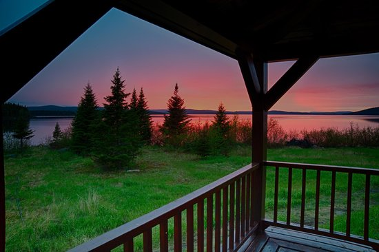 Coopers Minipi Lodges : Enjoy a beautiful sunset from the Anne Marie Lodge wrap deck