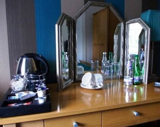 The Original Rosslyn Hotel: Free tea and coffee making facilities on dressing table
