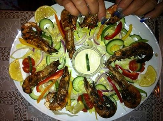 Junipers Restaurant: Prawns on the grill with side salad and hand cut chips