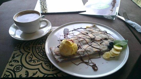 Creperia Cafe & Te : Nutella, Banana , salsa de chocolate y un rico cocho caliente!