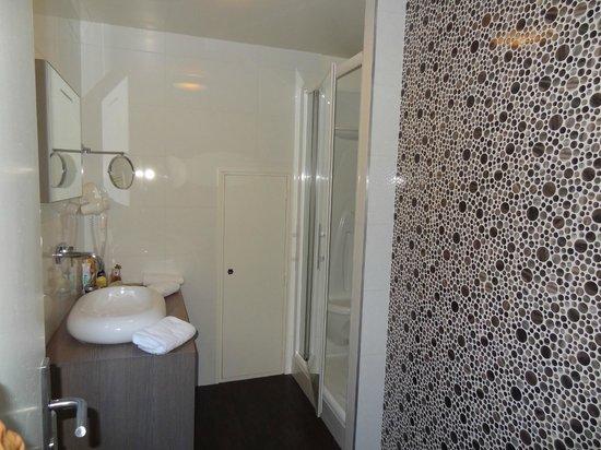 Salle de bain picture of auberge du vieux port gagnac - Vieux carrelage salle de bain ...