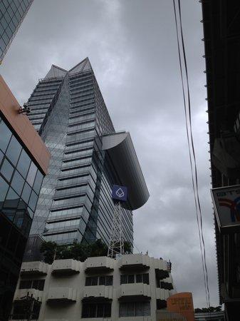 The Okura Prestige Bangkok: 外観、真ん中にプール