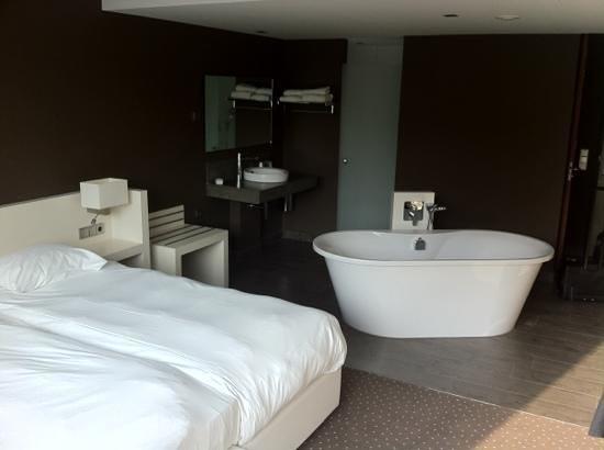 De kamer met bad in het midden picture of van der valk hotel
