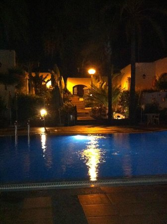 HD Parque Cristobal Tenerife: By the pool at night