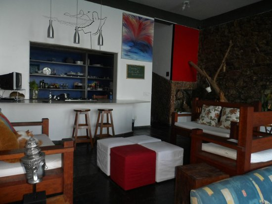 Solar Chacara Hostel: Kitchen and living room
