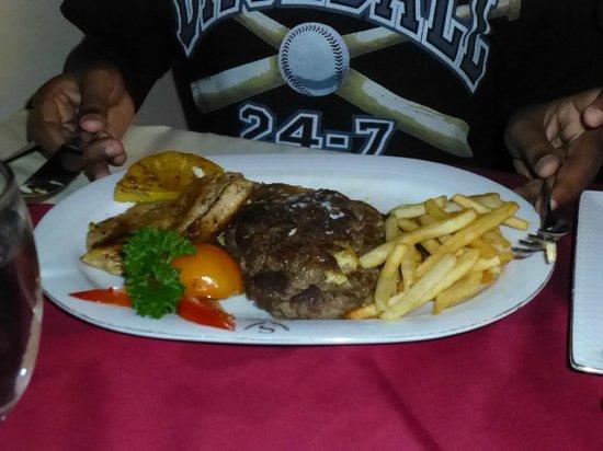 Sapphire Hotel: Dinner serving