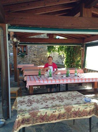 Agriturismo Cà di Mostach: Signora Clelia e parte della veranda