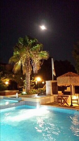 Summerland  Holiday's Resort: full moon at summerland