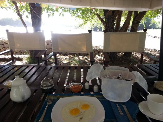 Tsermang Eco Camp: breakfast by the river