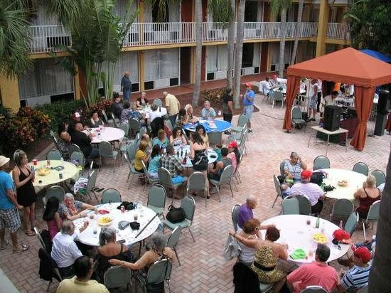Quality Inn & Suites Conference Center: Party at poolside