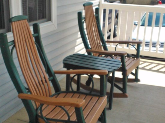 Graystone Cottages: Fantastic rocking chairs on the front porch!