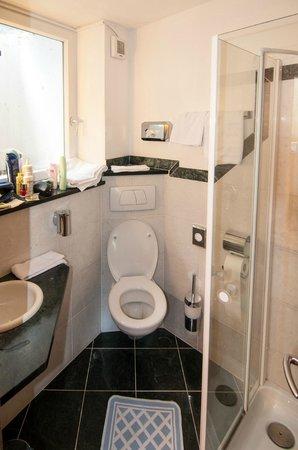 Hotel Panoramik: 1° bagno con box doccia