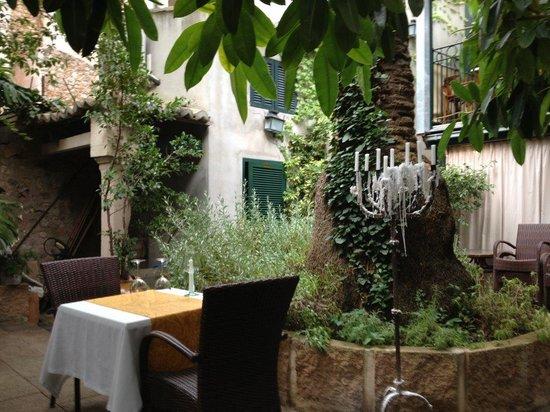 La Vila Restaurant: Courtyard