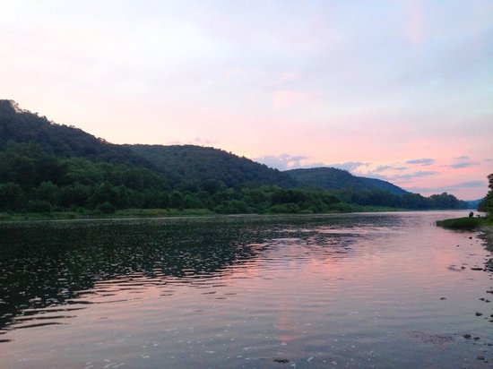 Eagle Rock Motel Canoe & Kayak : Beautiful sunset on the Allegheny River.