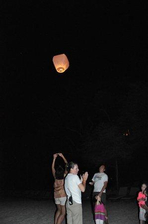 Four Seasons Resort Costa Rica at Peninsula Papagayo: Kids activity at the beach at night