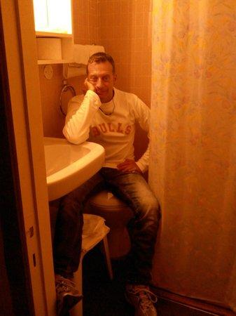 Albergo Hotel Admiral: Spazi Angusti