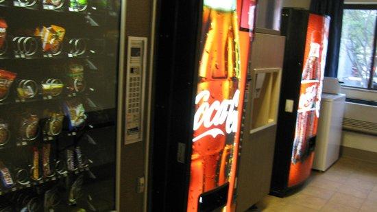 Super 8 Sanford Kennebunkport Area : Pièce de machines à glace et distributrices ainsi que buanderie