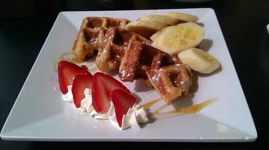 Aromas Coffee & Crepes: Waffle with strawberry and banana... really, really good!