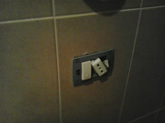 Hotel Royal Saranda: This is the plug in the bathroom, perfect when combined with wet floor.